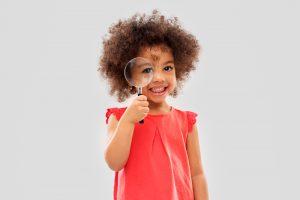 虫眼鏡を持った外国人の子供