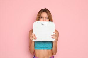 体重計を持つ外国人女性